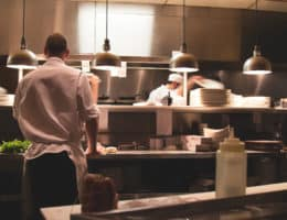 Chef gérant une cuisine dans le but de manager les commandes